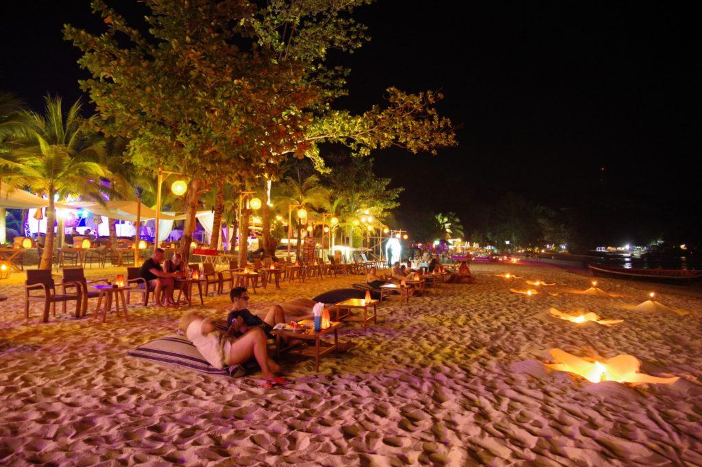 夜のビーチもキャンドルやランプの光が灯っておしゃれ