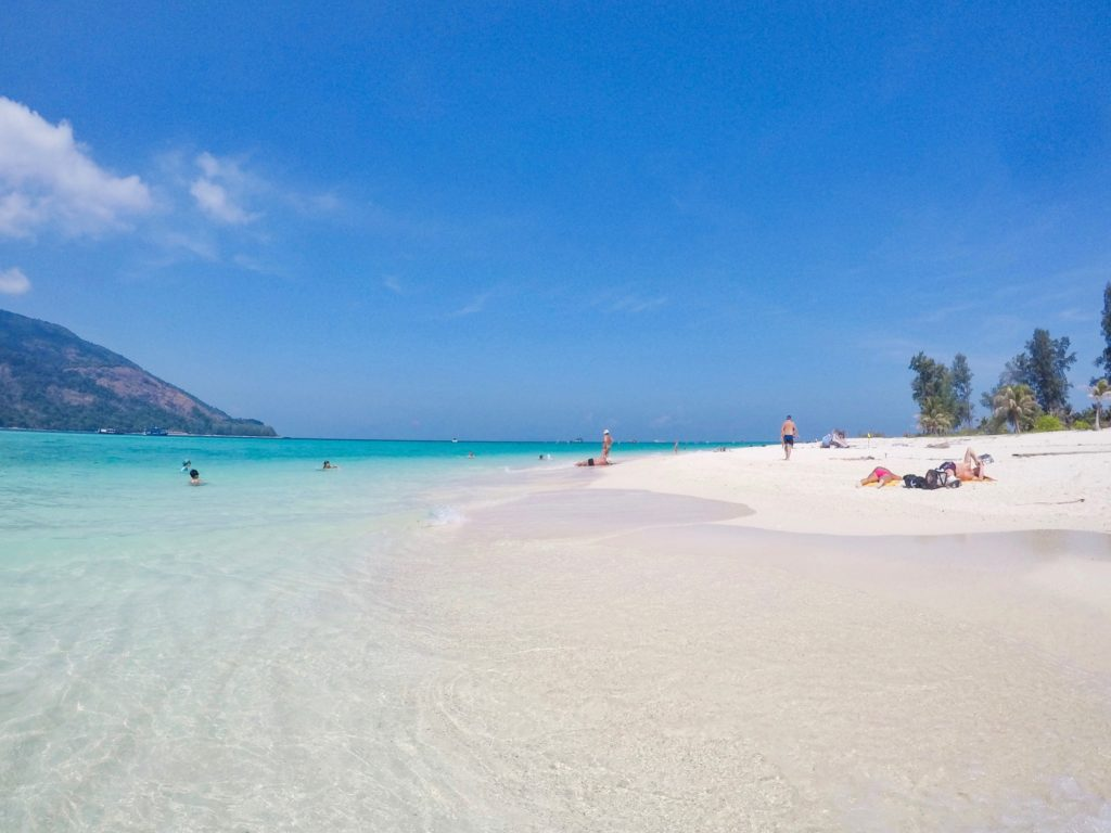 白いビーチと海のコントラストが美しいビーチ