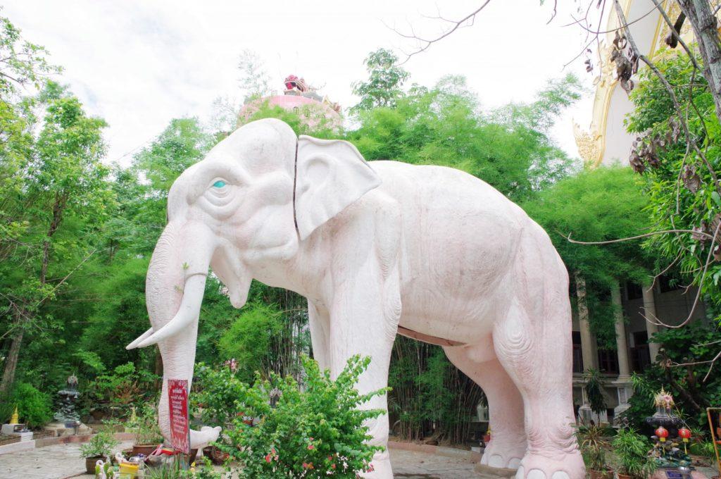 大きな青い目のゾウの像