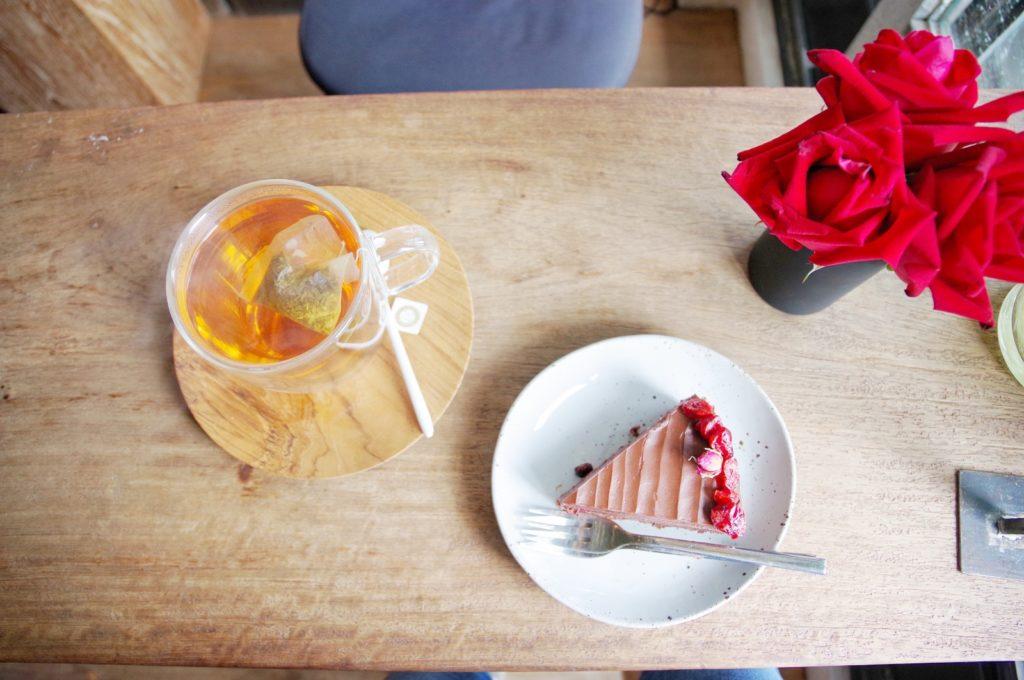 ケーキと紅茶と赤いバラ