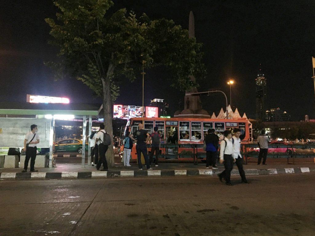 ヴィクトリーモニュメント のバス停