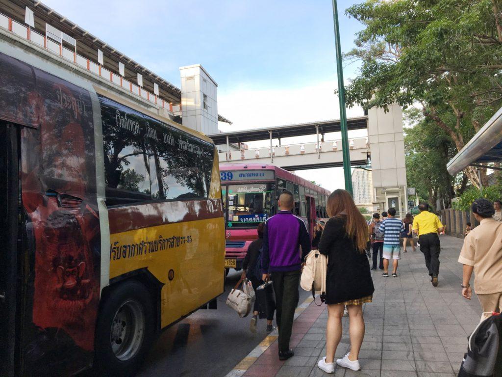 モーチット駅のバス停