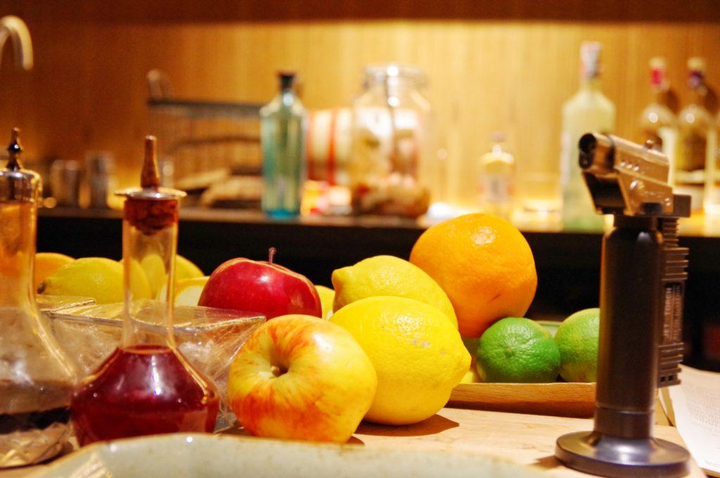 カウンターのフルーツ